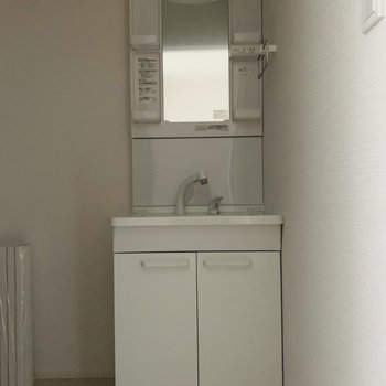 コンパクトで使いやすそうな洗面所。(※お部屋は通電前です。)