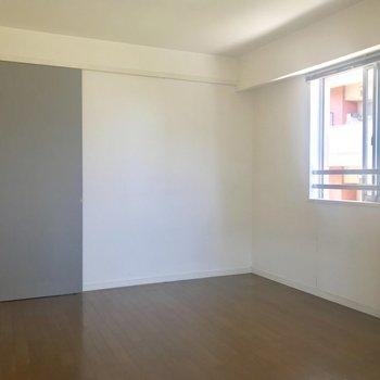 【洋室1】ふかふかのソファを。グレーの扉は収納スペース。※写真は3階の同間取り別部屋のものです