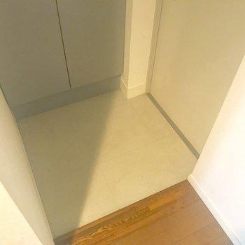 玄関はちょうどいいサイズかな。※写真は3階の同間取り別部屋のものです