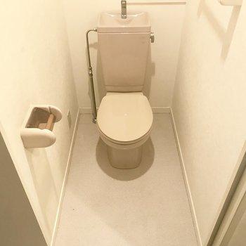 廊下左側にトイレ。※写真は3階の同間取り別部屋のものです