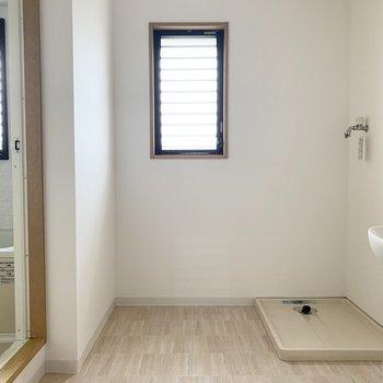 洗面スペースにも小窓発見