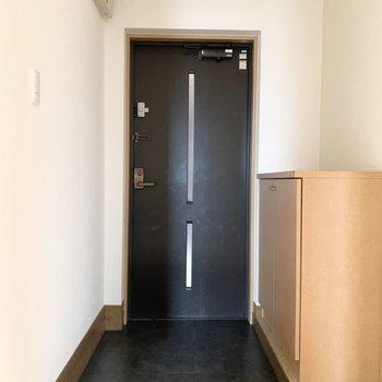 ベースは黒で落ち着いた、収納多めの玄関