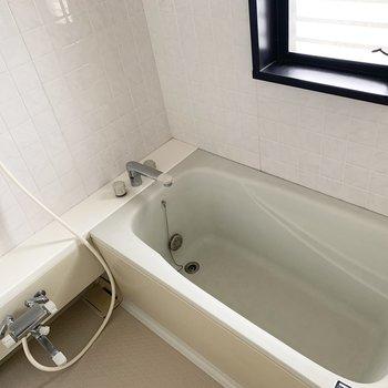 足を伸ばして入れそうなお風呂です