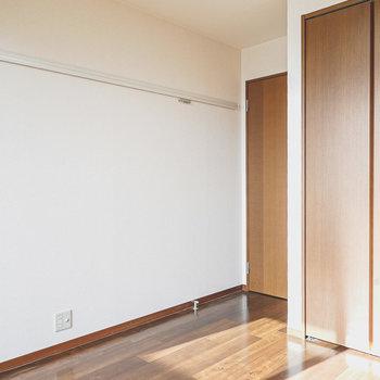 壁にはピクチャーレール付き。クローゼットもしっかりあります。