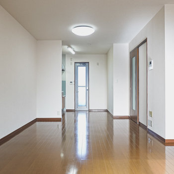 LDKは約15帖と広々!縦に長いので余裕を持たせた家具配置ができます。