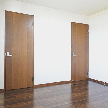 右は廊下へのドア。左は…?