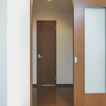 キッチン後ろのドアから廊下へ。正面がトイレ、左が脱衣所。