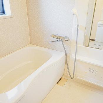 お風呂も窓付きで開放的!備え付けの棚もあって収納力もあります。