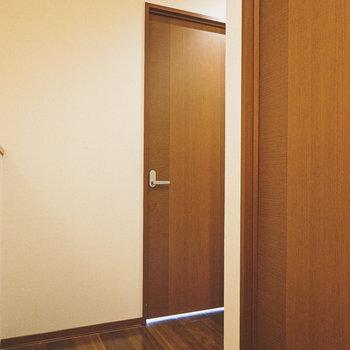 廊下へ出て、もうひとつの洋室へ。