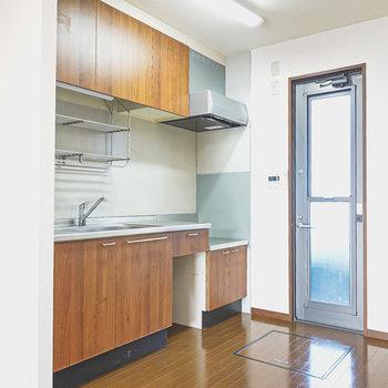 木目のパネルが自然な心地よさのキッチン。乾燥棚付きで洗い物がラクになりそう!
