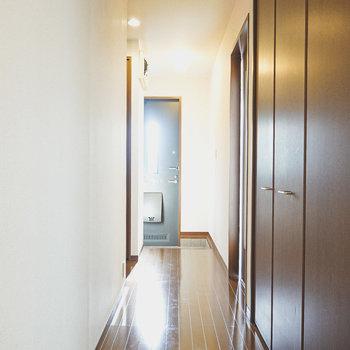 トイレを出て左に進むと、正面に玄関、左には2階への階段があります。