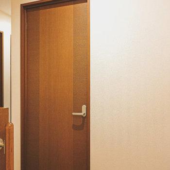 上がってすぐ左のドアから2室あるうちの大きい方の洋室へ。
