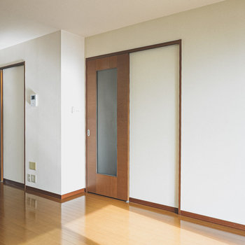 2つのドアは廊下に繋がっています。
