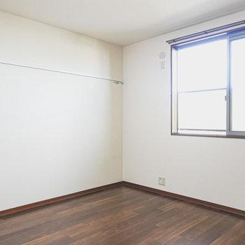 【洋7.6】夫婦の寝室にピッタリな広さの洋室。大きめの窓があり、明るいお部屋。ピクチャーレールもついています。