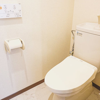 ウォシュレット付きのトイレ。大理石調の床が◎