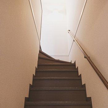 手すり付きの階段を登って2階へ。