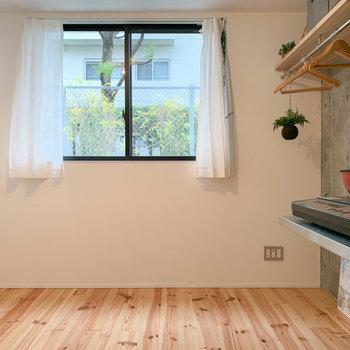 キッチン側から見ると。正面の窓は北向きです。