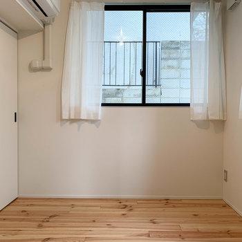 左を向くと。こちらの窓は西向き。2面採光です。