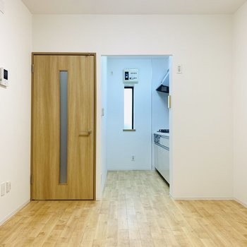 左仕切りはユーティリティ、扉からは玄関スペースへ。