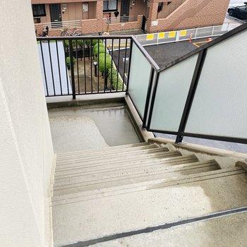 階段は広くもなく狭くもなく、というような感じでしょうか。