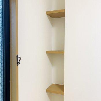 お部屋の奥にも小さな棚が。お好きなCDなどを置こうかな。