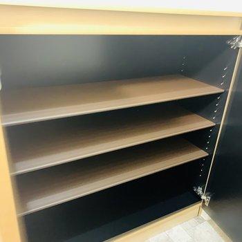 可動式のシューケース。棚の上には鍵などを置いて暮らしやすく。