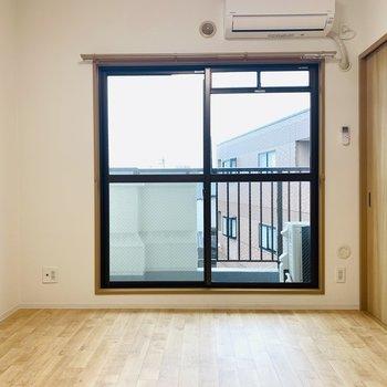 【洋6①】玄関入って左側。ココは開放的にリビングとして使っても良さそう。