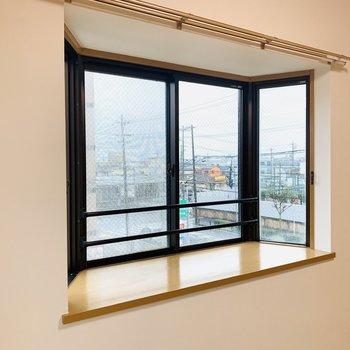 出窓には写真などを飾ってほっこりスペースに。