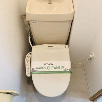 それらの正面にはトイレ。上部には収納もついていました。