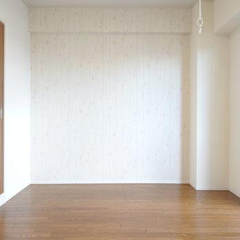 まずは洋室。北側には古材を想起させるアンティークなアクセントクロス。