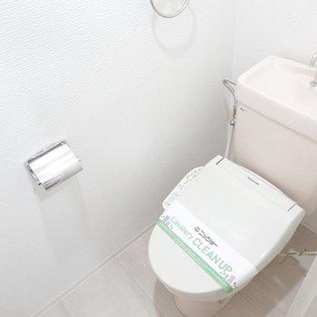 正面にはトイレ。嬉しいウォシュレット付きです。