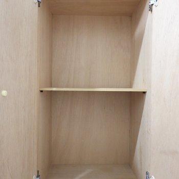 靴箱は左手に。上部は棚で半分に仕切られたゆったりサイズ。