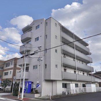 駅から歩いて約5分の鉄筋コンクリート造のマンションです。