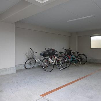 駐輪場は屋根付きで雨の日も安心!