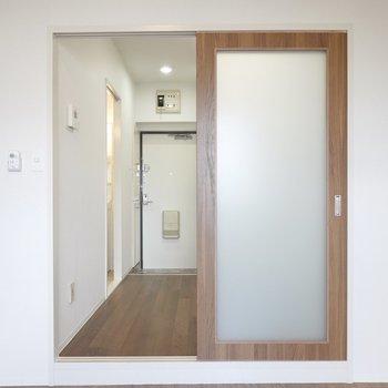 半透明のガラスが嵌った木目調の引き戸を開けてDKへ。
