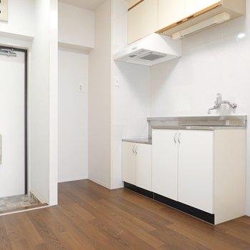 玄関・キッチン・洗濯機置き場がコンパクトに収まったDKにスペース。