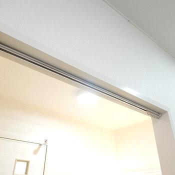 脱衣所のドアはありませんが、代わりに仕切りカーテンを設置できます。