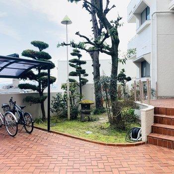 エントランスを入ると中庭のようなスペースがお出迎え。屋根付きの自転車置き場も。