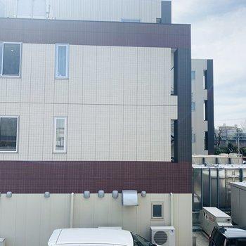 正面はお隣の建物。