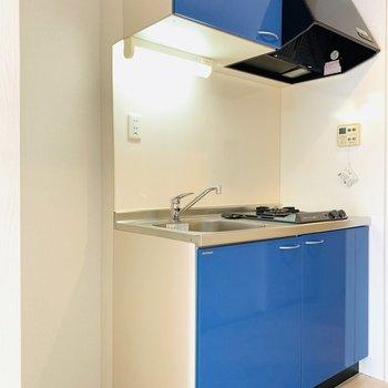 青が目を惹く素敵なキッチン。(※写真は3階の反転間取り別部屋のものです)