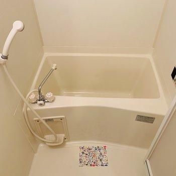 シンプルで清潔感あるバスルーム。(※写真は3階の反転間取り別部屋のものです)