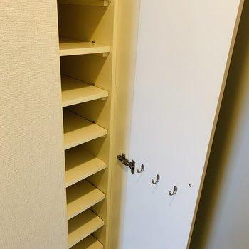 可動式のシューボックス。(※写真は3階の反転間取り別部屋のものです)
