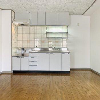 キッチンが白なのでお部屋とマッチ。冷蔵庫も白やシルバーをチョイス。
