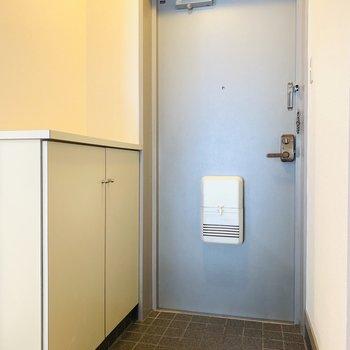 玄関スペース。シューケースの上に鍵や雑貨を飾りたい。
