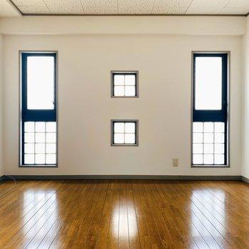 窓が個性的なLDK。明るい空間にしてくれます。