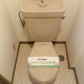 トイレもシンプルに。コンセントがあるのでウォシュレットの後付も可能です。