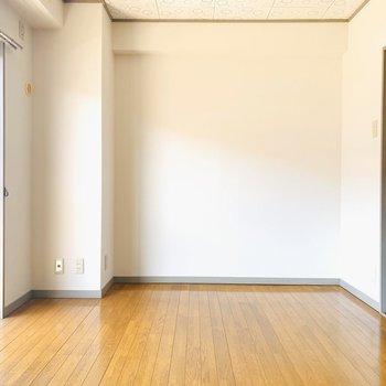 洋室は6.5帖でちょうどいい広さ。中央にベッドを置いて広々と使いたい。