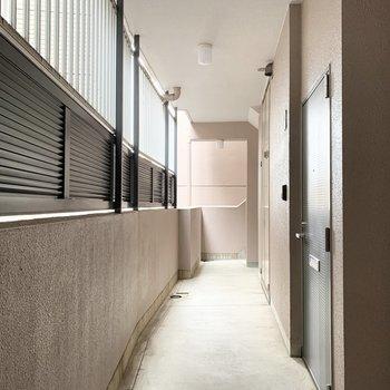 共用廊下には目隠しのパーテーションと侵入防止柵。