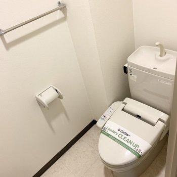奥がおトイレ。ウォシュレット付です。
