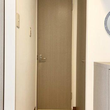 浴室の向かいにはドアがふたつ。